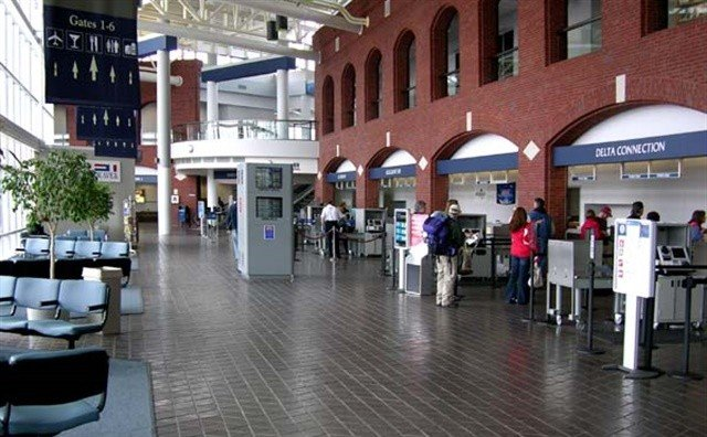 m-roanoke-regional-airport-ticketing-area-1